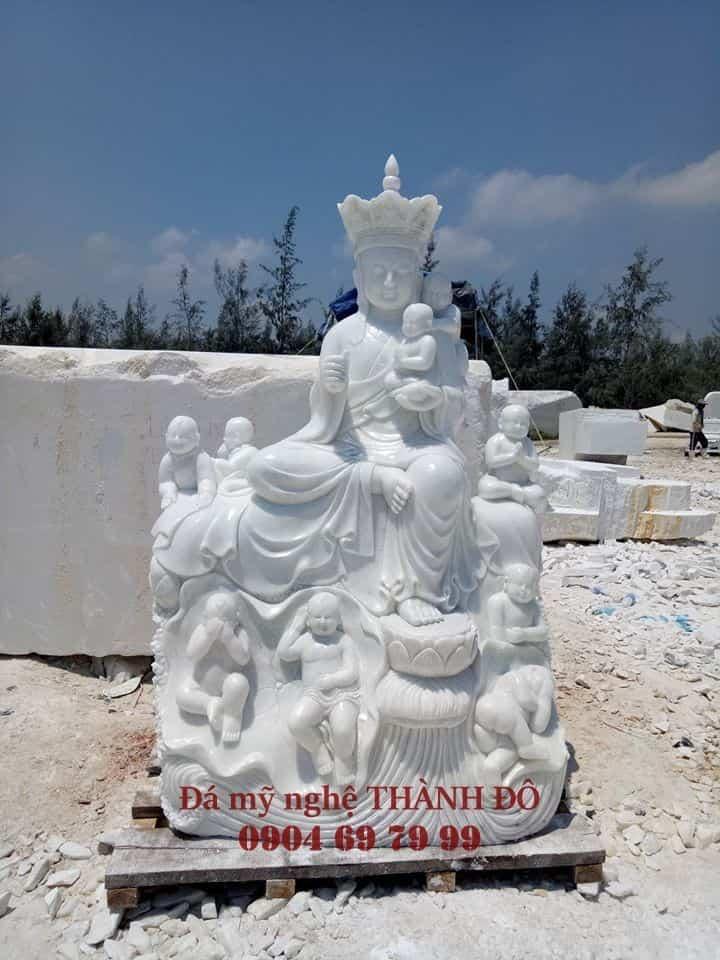 Tượng Địa Tạng Vương Bồ Tát được vây quanh bởi rất nhiều em bé