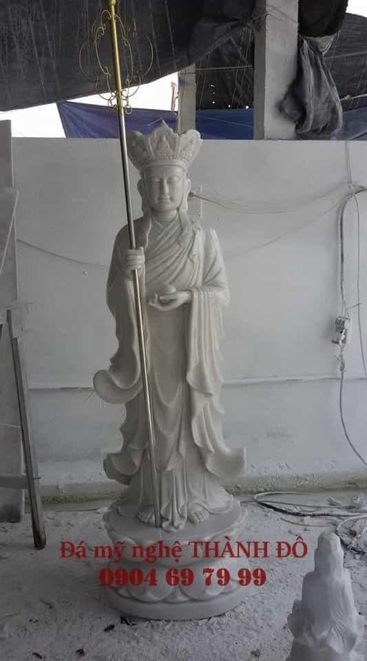 Tượng Địa Tạng Vương Bồ Tát đứng tay trái cầm ngọc như ý, tay phải cầm tích trượng