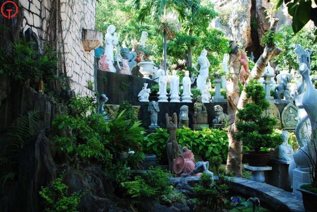 Tham quan Làng đá mỹ nghệ Non Nước để cảm nhận không gian yên bình dưới chân núi Ngũ Hành Sơn cũng như được tận mắt chiêm ngưỡng tài năng, sự khéo léo của các nghệ nhân làm đá