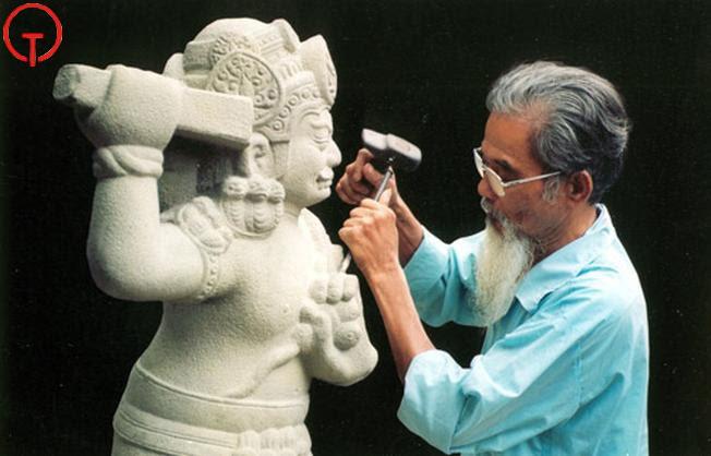 Hình ảnh nghệ nhân đá Non Nước đang tỉ mỉ chạm khắc bức tượng