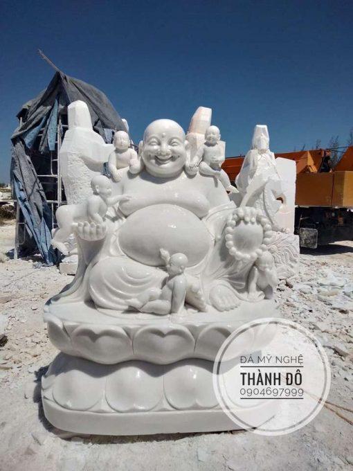 Tượng Phật Di Lặc và trẻ nhỏ