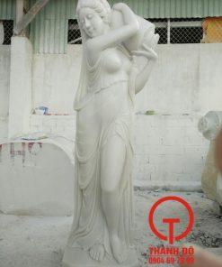 Tượng cô gái vác bình đá trắng