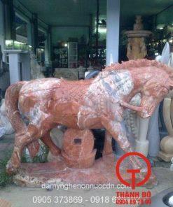 Tượng ngựa đá đỏ